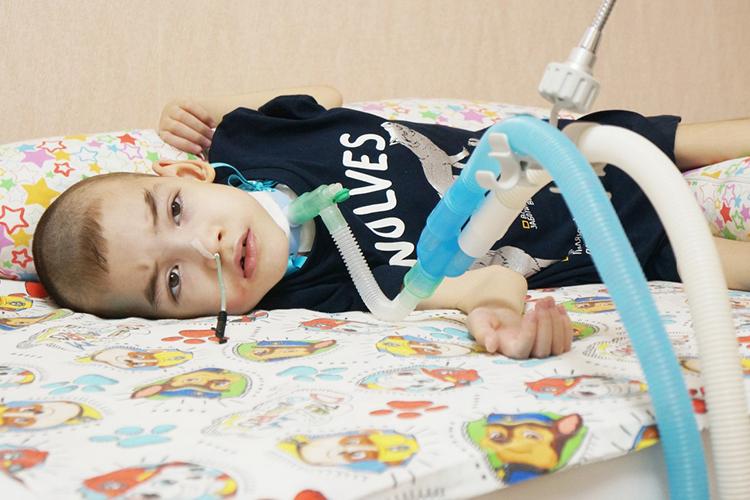УРинаса— ДЦП, уже два года оннаходится нааппарате ИВЛ, так как после перенесённой пневмонии неможет дышать самостоятельно иполучает питание через зонд