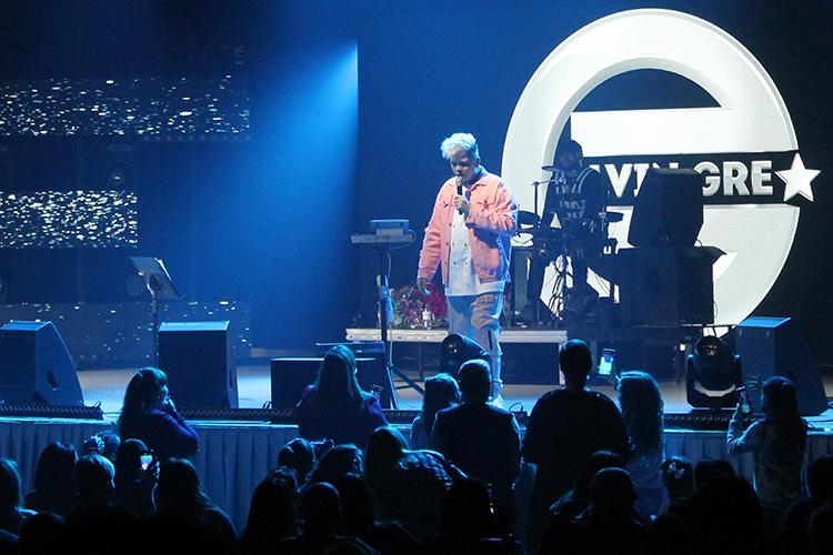 Из-за коронавируса Элвин Грей(Радик Юльякшин) невыступал девять месяцев итолько вчера вечером в«Пирамиде» нарушил концертное молчание. Надоли говорить, что изголодавшуюся повыступлениям публику упрашивать непришлось