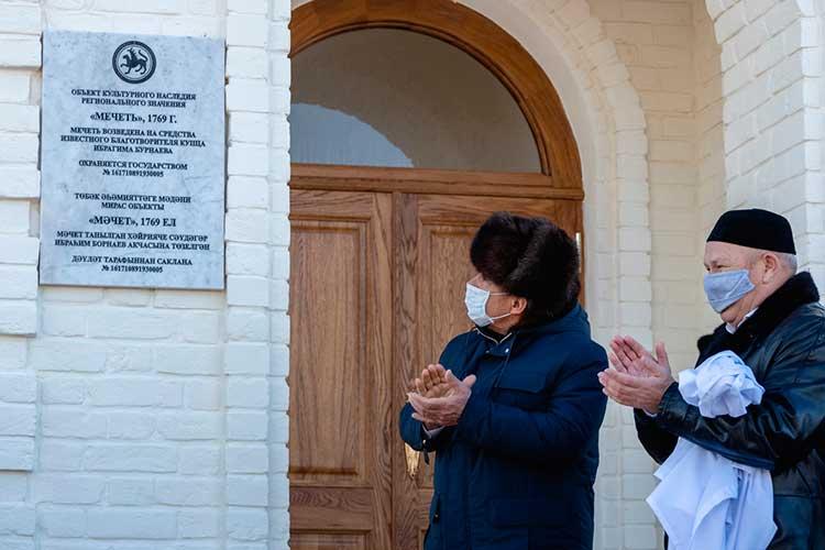 Рустам Минниханов под глухие аплодисменты рук вперчатках иварежках сорвал стаблички белую ткань имечеть объявили официально открытой