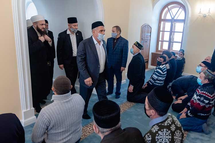 Президент совершил лишь обязательную молитву, после которой вместе состальными высокими гостями покинул мечеть: ему нужно было успеть вМоскву назаседание рабочей группы Госсовета РФпостроительству иЖКХ