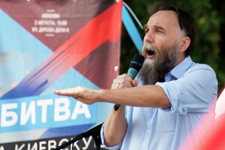 Дугина часто называют «серым кардиналом» действующей российской власти, намекая нато, что кего идеям исоветам часто прислушиваются ввысоких кабинетах