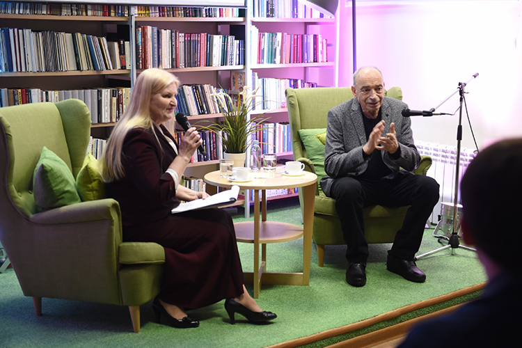 В Татарстане Гафта благодарная публика, включая мэра НижнекамскаАйдара Метшина,ждалана«капустнике» внижнекамской центральной библиотеке. Гостя изМосквы тогда поразили стили Габдуллы Тукая…