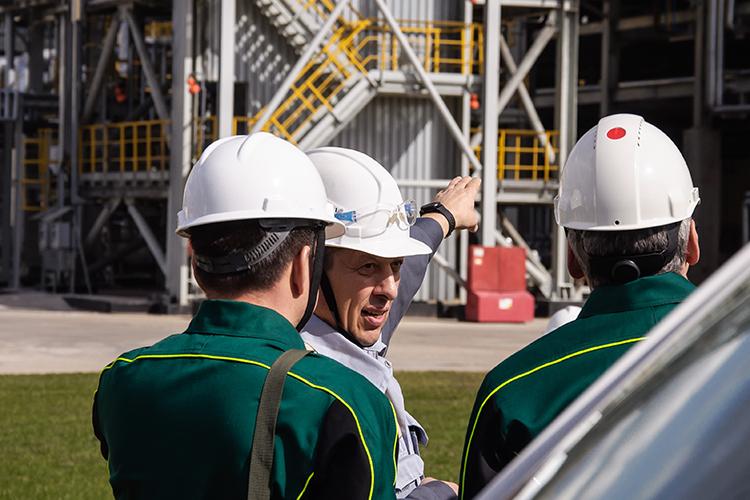 Команда Наиля Маганова неопускает руки—«Татнефть»строит планы порасширению инвестиций впереработку, газохимию ишинный бизнес, параллельно сокращая издержки. Аподешевшие бумаги компании регулярно попадают вобзоры финансовых аналитиков вчисле самых перспективных на2021 года