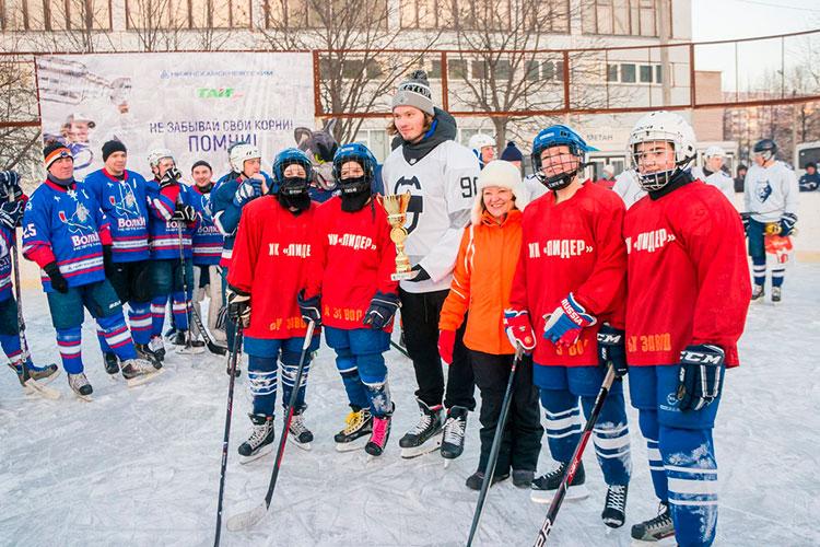 Победные кубки были вручены трем командам: сборной команды 31-й школы, команде ветеранов хоккея икоманде «Сергачев иКо»