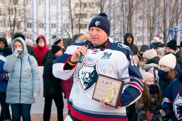 В команде игрока «Тампы» были только девочки, которые занимаются хоккеем, а место в воротах занял директор ХК «Нефтехимик» Игорь Ларионов