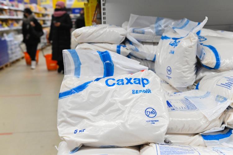 «Посахару. Производители смогут получать льготные кредиты поставке от1 до5% назакупку сахарной свеклы для переработки. Равно как иминсельхозу предстоит провести работу поувеличению посевных площадей под сахарную свеклу вследующем году»