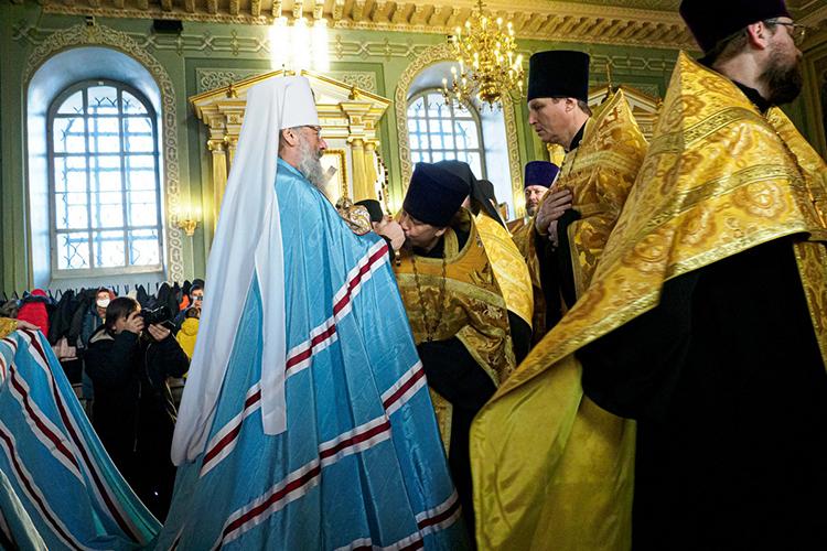 Квладыке, держащему вруках крест, подходят священнослужители, целуют крест, потом— правую руку