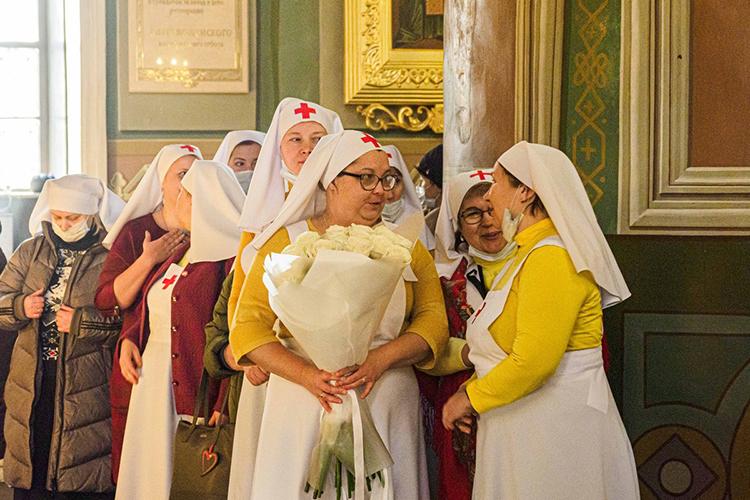 Казанские сестры милосердия приготовили для митрополита роскошный букет белых роз