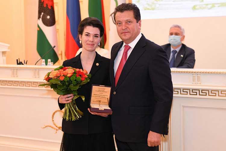 Вчисле награжденных знаком отличия «Забезупречную службу Казани» оказалась ипомощник президента РТНаталия Фишман-Бекмамбетова, которая работает вреспублике с2015 года.