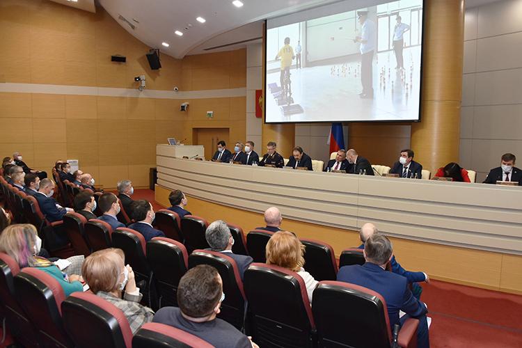 Кроме президента РТРустама Минниханова, места впрезидиуме заняли все высшие чины республики