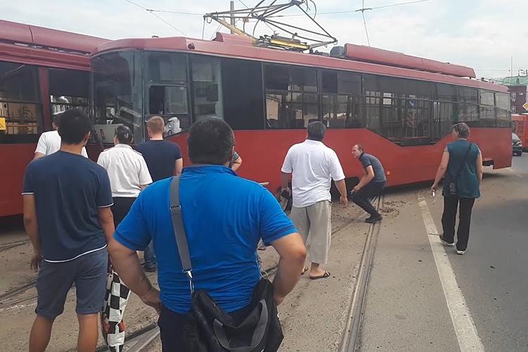 Коснулся Хохорин иодной изсамых горячих тем этой осени— происшествий сучастием трамваев. Казань— всероссийский лидер почислу таких ДТП— 11 случаев
