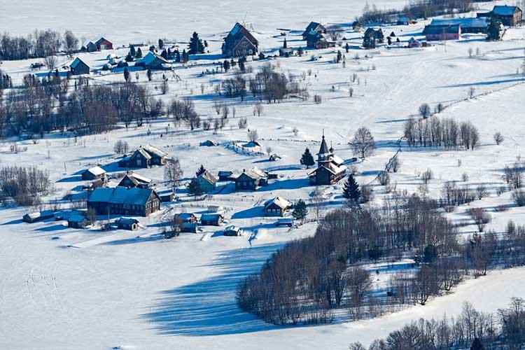 Карелия зимой особо прекрасна. Там большой выбор домиков для ночевки, предлагается катание наснегоходах, рыбалка, баня— все очень хорошего уровня