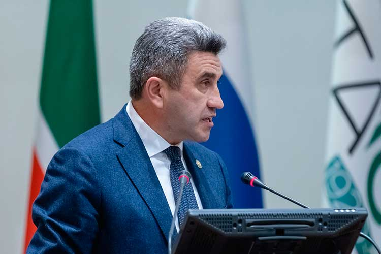 Министр образования РТИльсур Хадиуллиндоложил опланах попроведению Года родных языков