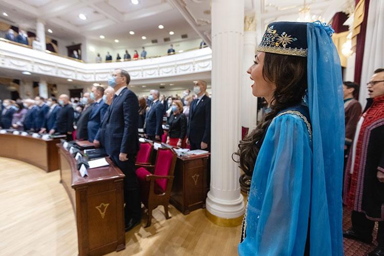 Эстетически завершая тему татарстанского билингвизма, певцы исполнили гимн России нарусском, азатем игимн Татарстана надвух языках