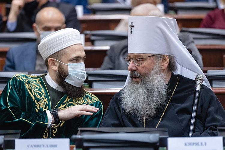 Президент РТ попросил собравшихся поприветствовать нового татарстанского владыку Кирилла, сидевшего бок обок смуфтием РТКамилем Самигуллиным