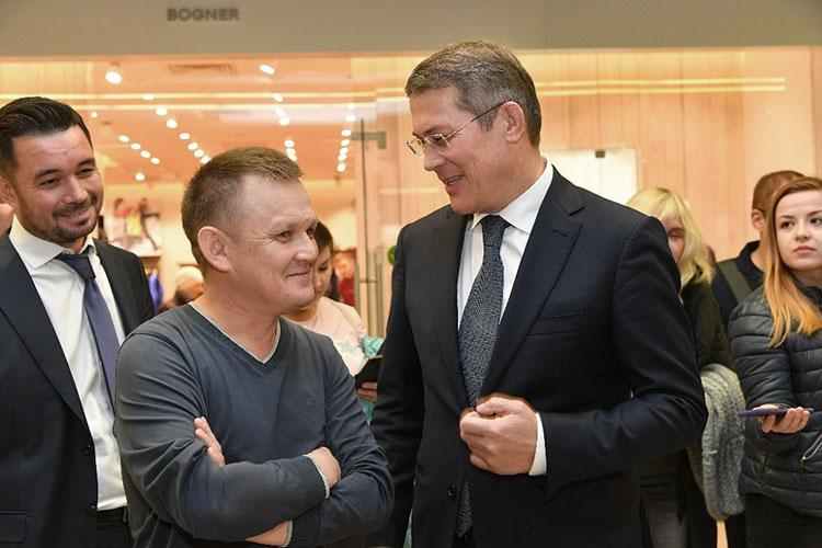 Глава Башкортостана Радий Хабиров пожурил Камиля Бузыкаева (слева) и рекомендовал ему повиниться перед возмущенной общественностью. Художник принес извинения