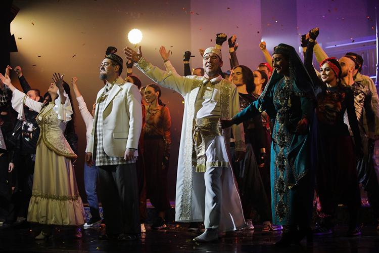 Декабрьская премьера воперном театре— «Алтын Казан»Эльмира Низамова, который организаторы называли неиначе как «первый татарский мюзикл», продемонстрировала всю блеск инищету нынешней национальной культуры