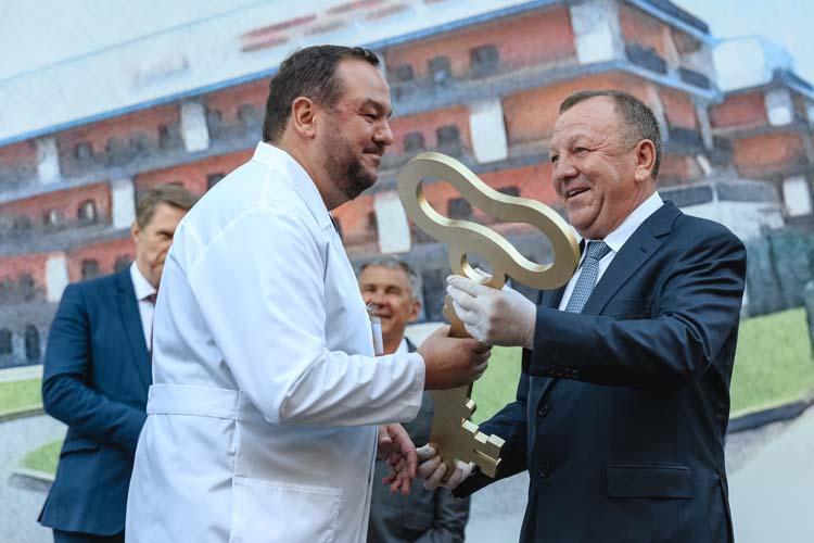 Глава строительной компании «Акташ»Газинур Ахметов (справа) вкратчайший срок сдал качественный объект