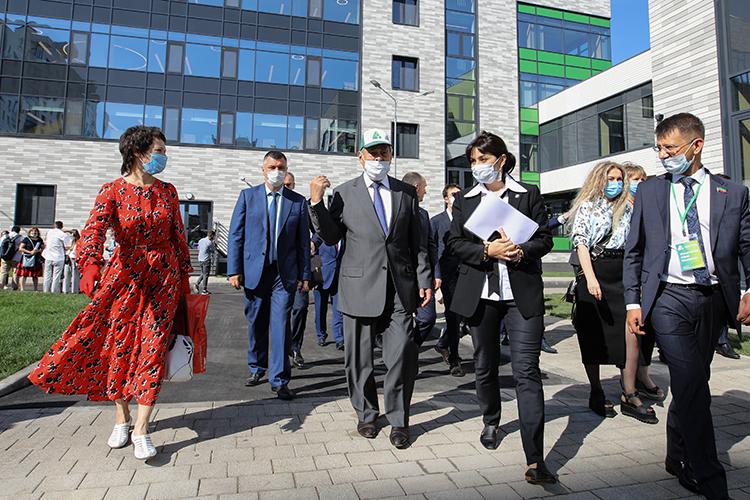 Большого прорыва достиг вэтом годуМинтимер Шаймиев (в центре), ссентября заработал новый амбициозный проект фонда «Возрождение» — полилингвальные учебные комплексы «Адымнар»
