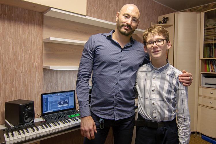 Основательмебельной фабрики Futuka KidsДамир Каюмоввмешался внеприятную ситуацию с15-летним финалистом шоу «Тысупер!» наНТВДанилой Новиковым. Бизнесмен изыскал средства, чтобы купить Дамиру тусамую музыкальную студию, которую ему пообещали на НТВ