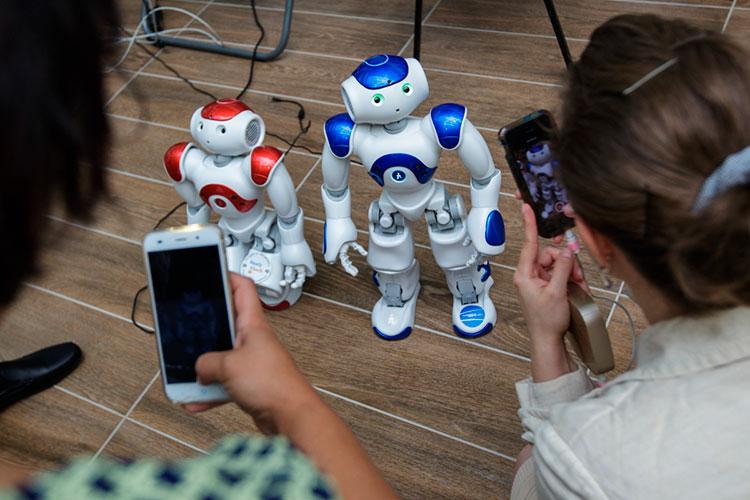 «Члены общества видят роботов в фильмах и книгах, где они как люди, а иногда даже лучше людей. Поэтому индустрия в ответ делает антропоморфных роботов»
