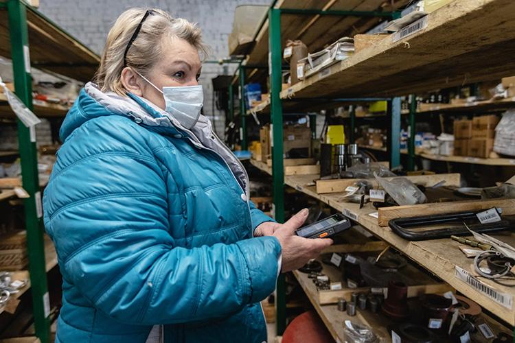 Сегодня склад агрофирмы больше напоминает склад завода: нет традиционных журналовучета, все запчасти оснащены штрих-кодами, так что кладовщику достаточно поднести сканер, чтобы найти данные вучетной системе