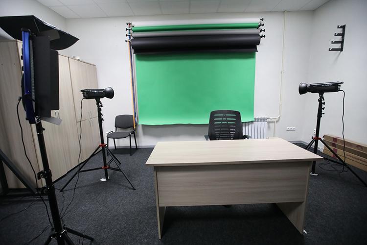 Впечатляет! Великолепно оснащенный зал— видеокамеры, другое нужное оборудование, включая специальное освещение иразные фоновые экраны. Здесь преподаватель может записать навидео свою лекцию