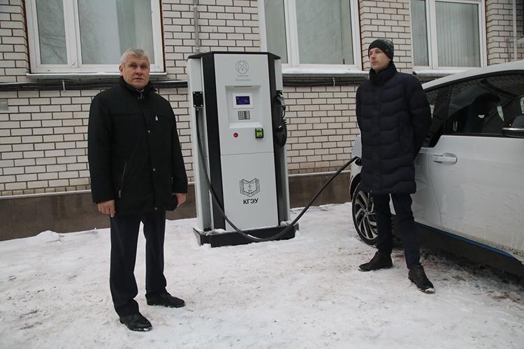 ВКГЭУ можно увидеть пилотный проект— зарядную станцию откомпании «Промэнерго» иэлектромобиль рядом сней назарядке