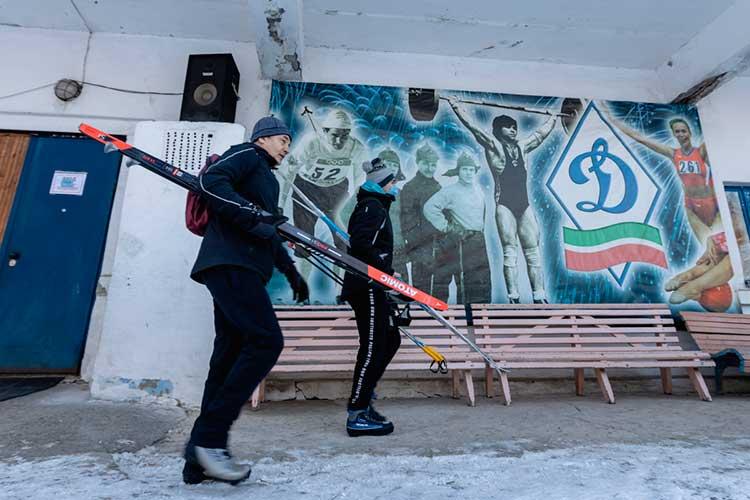 Самые лучшие друзья для казанцев взимний период это физкультура испорт. ВКазани 78 хоккейных коробок, 12 лыжных баз, полностью укомплектованные прокатом, также работают 18 катков