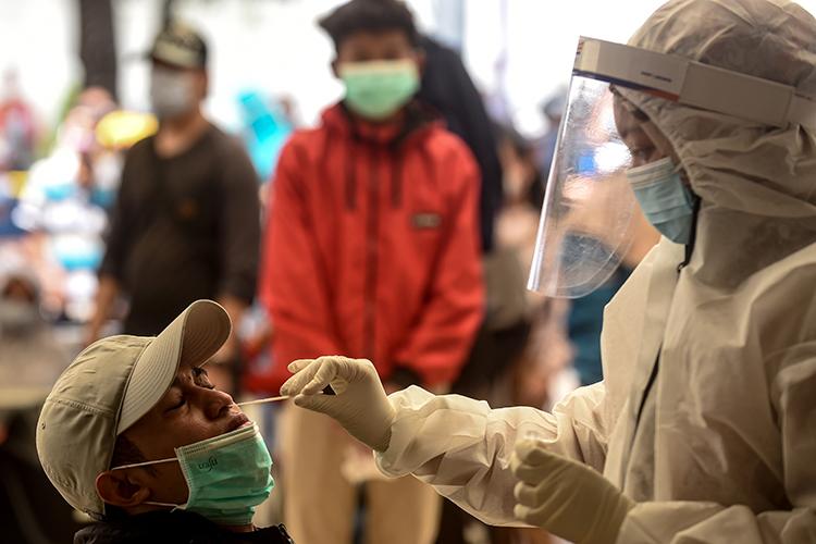 Если человек только-только контактировал сбольным исам начинает заболевать, тонадо делать тест ПЦР: онпозволяет увидеть вирус вактивной фазе