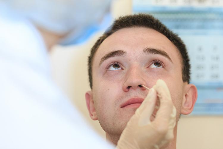 ВТатарстане более 13 платных клиник занимаются ПЦР-исследованиями, средняя стоимость— 1,5-2 тысячи рублей (причем сама процедура взятия мазка невсегда входит вэту цену, добавляя «сверху» еще 200-300 рублей)