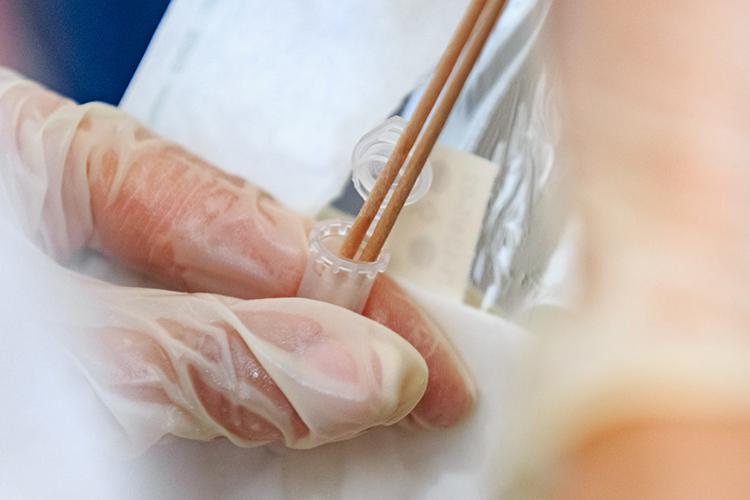 Выявление вируса путем полимеразной цепной реакции (ПЦР)— самый распространенный способ: только вТатарстане ежедневноберут7,5 тысяч ПЦР-мазков