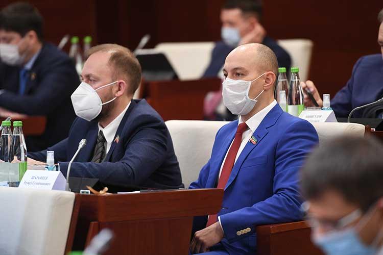 Против законопроекта проголосовалиАльмир Михеев (слева), аЭдуард Шарафеев (справа)задал, наверно, главный вопрос: «Мыулучшаемзаконопроектом или ухудшаем положение малого исреднего бизнеса вреспублике?»