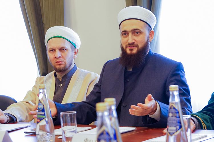 «Сегодня все члены совета улемов— это авторитетные татарские богословы, втом числе эксперты, признанные намеждународном уровне, Коран-хафизы, доктора исламских наук, теологи сосветскими учеными степенями, преподаватели исламских вузов, имамы. Очень важно ито, что все они помимо знания теории, живут исламом!»