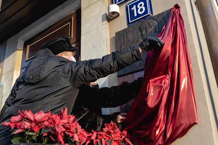 Торжественная церемония открытия мемориальной доскиАлександру Таркаеву, известному ученому ипредпринимателю, одному изинициаторов создания Торгово-промышленной палаты Татарстана проходила вчера вКазани уздания ТПП РТнаулице Пушкина, 18