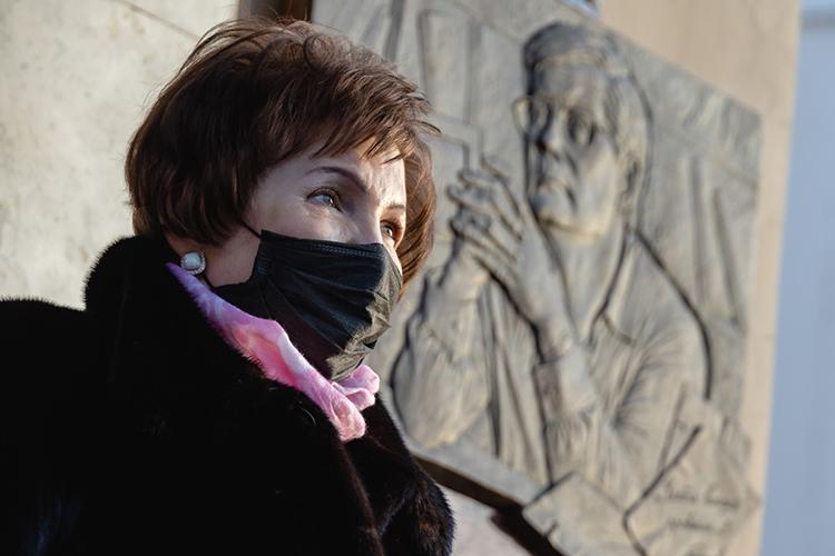 Ольга Петровна поблагодарила тех, особенно президента, премьера ипредседателя парламента РТ, кто помог пройти чрезвычайно непростой марафон поустановке мемориальной доске, атакже всех собравшихся нацеремонию
