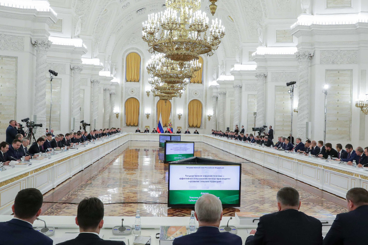 «Помнению экспертов, запуск Госсовета 1.0 знаменует начало новой реальности вроссийском госуправлении: меняются краеугольные организационные принципы— смедиаторства Центра насаморегуляцию»