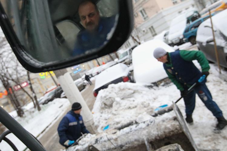 Сегодня науборку снега иналеди сдорог итротуаров Казани вформате «продленной смены» вышло 260 единиц специализированной техникии400 дорожных рабочих