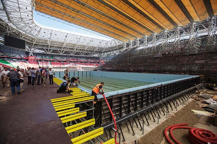 Во время ЧМ-2015 соревнования по плаванию принимала«Казань Арена». На стадионе установили два бассейна.Конструкция бассейнов потребовала много сооружений— чаши, навеса, трибун— которые затем демонтировали