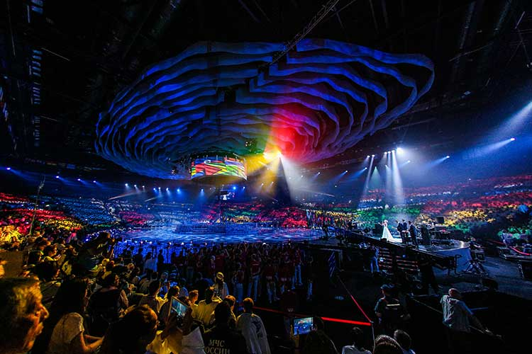 Казань впервые принималачемпионат мира поводным видам спортав2015году. Тогда столицу посетили 2413 спортсменов и120 тысяч зрителей. Гостиницы иотели были загружены на95%, аобщий объем выручки составил 2,2млрд рублей