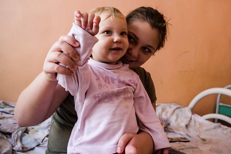Ангелине Рыдановой(старшая) вэтом году исполнилось 10лет. Девочка заболела легкой формой ковида—часто удетей лишь поднимается высокая температура.Авот еегодовалой сестренкеВероникебыло сложнее— компьютерная томография показала4% поражения легких