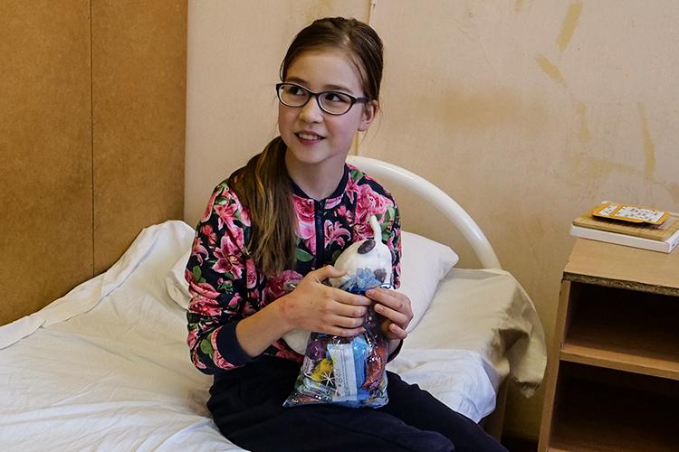Мывместе сКар Кызы прошли вдругую палату. Здесь лежит четвероклассницаДиана Кузахметова. Сценарий тотже — Кыш Бабай поздравил девочку снаступающим праздником, аего внучка подарила сладости пациентке