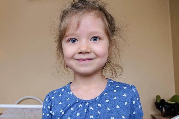 «Свами мыпобедим эту болезнь!»— подбадривал Кыш Бабай еще одних пациентов—детей семьиРахимовых. Маленькая 4-летняяАминарассказала дедушке стихотворение иполучила свой заветный подарок.
