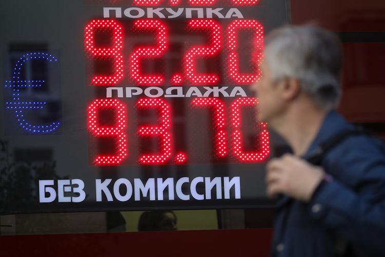 Рубль вместе снефтью остаются весьма сомнительным активом, азолото достигло таких высот, что центробанки разных стран сбросили тонны драгметалла— втом числе иЦБРФ, продававший золото впервые за13лет