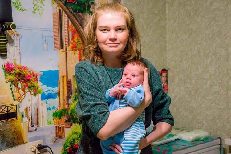 Когда Гузель узнала, что беременна, она работала (включая ночные смены) оператором в Центре внешней логистики КАМАЗа. Чтобы не навредить здоровью малыша, она была вынуждена перейти на сокращенную ставку