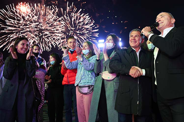 Вовнутренней политике важнейшим событием были выборы президента Татарстана.Рустам Минниханов(второй справа) ожидаемо победил
