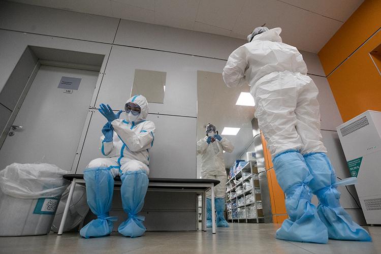 «Нагнали паники и на врачей, в результате чего они идут в «красную зону» как на Голгофу в этом страшном противочумном костюме»