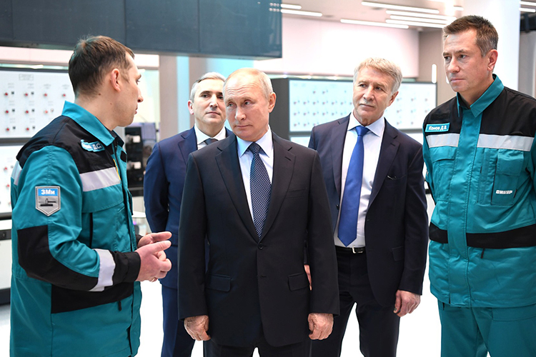 «Знаете, как визвестном кинофильме: Чапаев никогда неотступает. Путин неможет болеть, оннеможет упасть, сломать палец, ногу или еще что-нибудь»