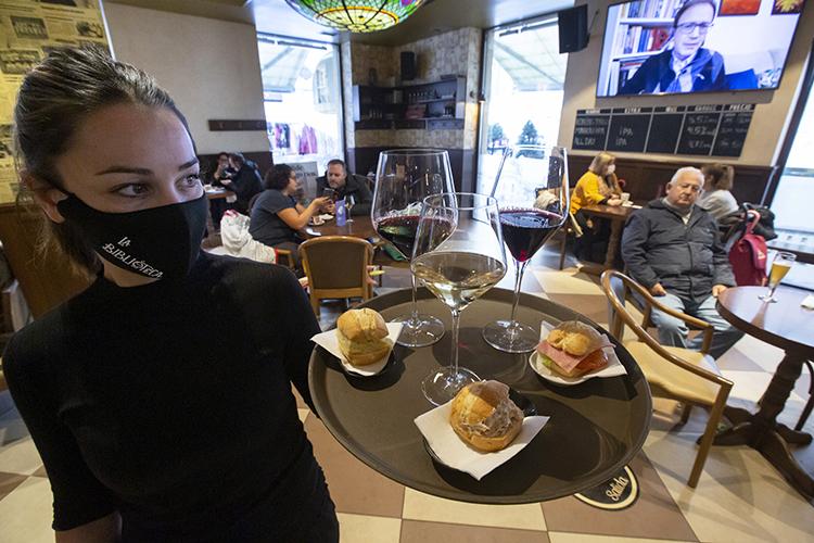 «Подготовить хорошего официанта— это непросто. Большинство насмехающихся забольшие деньги непошлибы натакую работу, хотя вовсем мире эта профессия ценится ивзрослыми людьми»