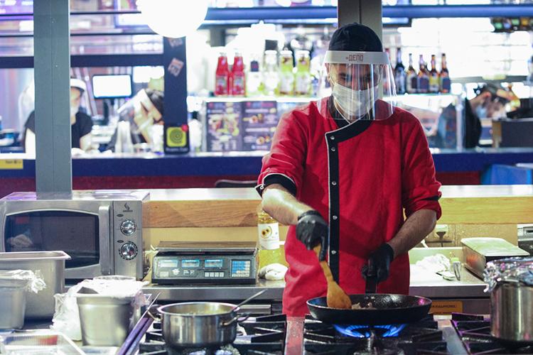 «Если выдумаете, что работать поваром легче, чем крутить гайки наконвейере, явас разочарую. Таже смена 12-15 часов, куча требований»